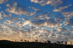 Ciel au temps de coucher du soleil Ciel vif et beau dans le temps crépusculaire Image libre de droits