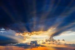 Ciel avant coucher du soleil images stock