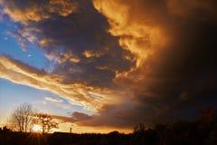 Ciel avant orage dans le village images stock