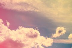 Ciel avec des cumulus au coucher du soleil dans la couleur naturelle du corail vivant photographie stock libre de droits