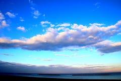 Ciel avec des cumulus au-dessus de la mer photographie stock libre de droits