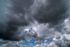 Ciel avec des cumulus, beau cloudscape dramatique photos stock
