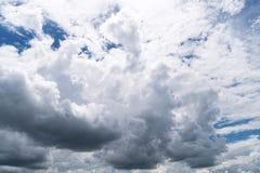 Ciel avec des cumulus, beau cloudscape dramatique image libre de droits