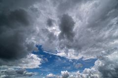 Ciel avec des cumulus, beau cloudscape dramatique photographie stock libre de droits