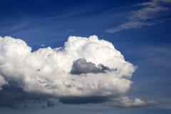 Ciel avec des cumulus Ciel bleu avec le fond de nuages image libre de droits