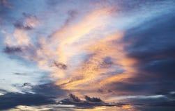 Ciel avec des nuages à l'arrière-plan de coucher du soleil photos libres de droits