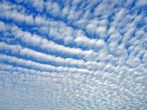 Ciel avec des nuages d'altocumulus image stock