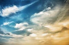 Ciel avec des nuages de bleu-foncé pointillé Photos libres de droits