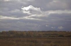 Ciel avec des nuages de tempête images libres de droits