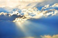 Ciel avec des nuages et des rayons du soleil Photo stock