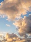 Ciel avec des nuages pendant le lever de soleil Photographie stock libre de droits