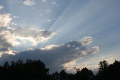 Ciel avec des rayons de soleil photo stock