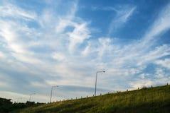 Ciel avec l'herbe image stock