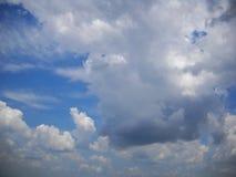 Ciel avec la diverse lumière et les nuages foncés image libre de droits