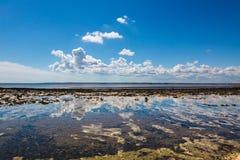 Ciel avec la réflexion de nuages en mer calme Image libre de droits
