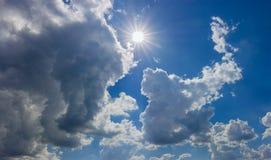 Ciel avec le soleil, le cumulus et les nuages de tempête photographie stock libre de droits