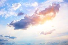 Ciel avec le soleil et des nuages Images libres de droits
