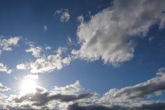 Ciel avec le soleil et des nuages Photographie stock
