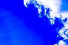 Ciel avec les cumulus et le soleil photo stock