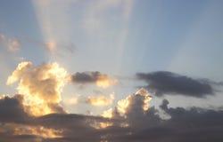 Ciel avec les nuages et le soleil Images libres de droits
