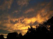 Ciel avec les nuages et le soleil images stock