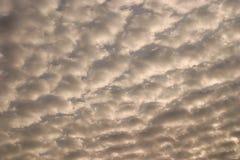 Ciel avec les nuages gonflés blancs image libre de droits