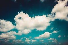ciel avec quelques nuages Carte de cru Images stock