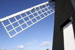 Ciel bleu Angleterre de moulin à vent vert de dentelle photographie stock