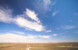 Ciel bleu au-dessus d'un désert sec Photographie stock