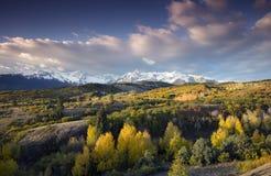 Ciel bleu au-dessus de chaîne de San Juan Mountain et de couleur d'Autumn Fall de Dallas Divide Ridgway Colorado, Amérique photo libre de droits
