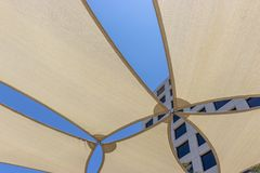 Ciel bleu au-dessus de l'espace restauration extérieur Photo libre de droits