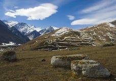Ciel bleu au-dessus de la source dans les montagnes Images libres de droits