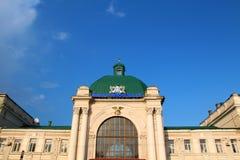 Ciel bleu au-dessus de la station de train dans Ivano-Frankivsk Image stock
