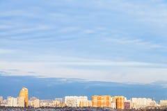 Ciel bleu au-dessus de la ville illuminée en égalisant le soleil Images libres de droits