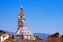 Ciel bleu au-dessus de Pistoie photographie stock libre de droits