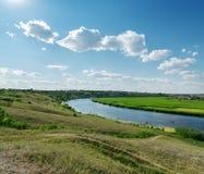 Ciel bleu au-dessus de rivière Photos stock