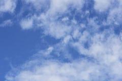 Ciel bleu au-dessus des nuages blancs Photographie stock libre de droits