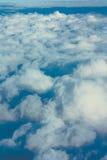 Ciel bleu au-dessus du nuage pelucheux blanc, fond de cloudscape, vue franc Images stock