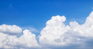 Ciel bleu avec beaucoup de nuages Photo stock