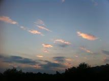 Ciel bleu avec beaucoup de nuages d'or Photos libres de droits
