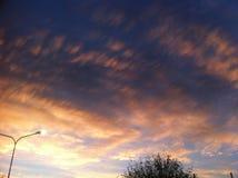 Ciel bleu avec beaucoup de nuages d'or Photo libre de droits