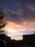 Ciel bleu avec beaucoup de nuages d'or Image stock