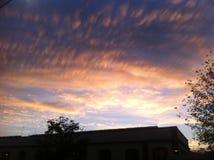 Ciel bleu avec beaucoup de nuages d'or Photographie stock