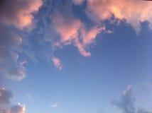 Ciel bleu avec beaucoup de nuages roses Photos libres de droits