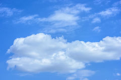 Ciel bleu avec de grands nuages blancs Photographie stock libre de droits
