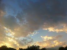Ciel bleu avec de grands nuages d'or Photographie stock libre de droits