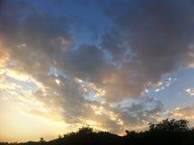 Ciel bleu avec de grands nuages d'or Image stock