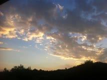 Ciel bleu avec de grands nuages d'or Photos libres de droits