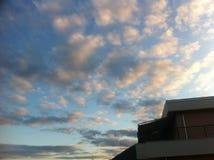 Ciel bleu avec de grands nuages d'or Photographie stock