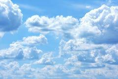 Ciel bleu avec de grands nuages volumineux blancs Belle photo légère photographie stock